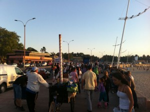 familias paseando por el Parque Rodó de Montevideo, Uruguay