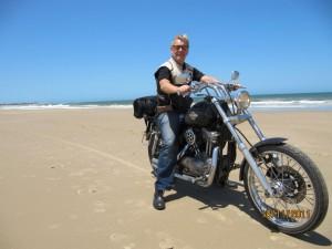 conducir por la arena con la moto harley en La Paloma, Uruguay