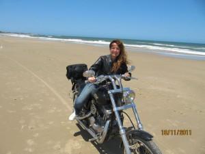 una harley, el mar, corriendo por la arena de la playa de La Paloma en Uruguay