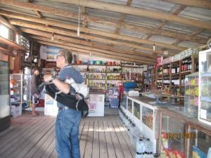de viaje con la moto, en el almacén de aprovisionamiento de Cabo Polonio, Uruguay