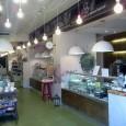 Central Market es un lugar muy agradable tiene zonas separadas, una con comidas preparadas, otra con una charcutería y pasteleria, otra con objetos de regalo con bastante estilo, de los que gusta comprar y en el otro extremo un restaurante donde seguramente se come muy bien.